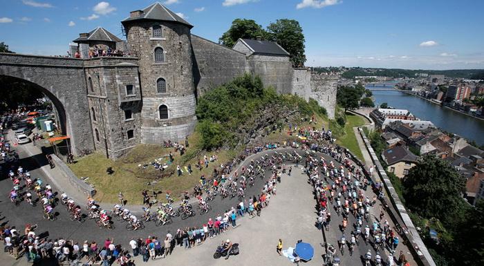 Участники велогонки Тур де Франс 2012 поднимаются к цитадели в Намюре
