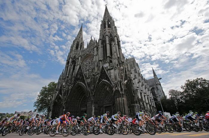 Участники велогонки Тур де Франс 2012 проезжают мимо собора в Руане