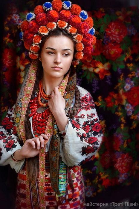 Украинки в национальных нарядах