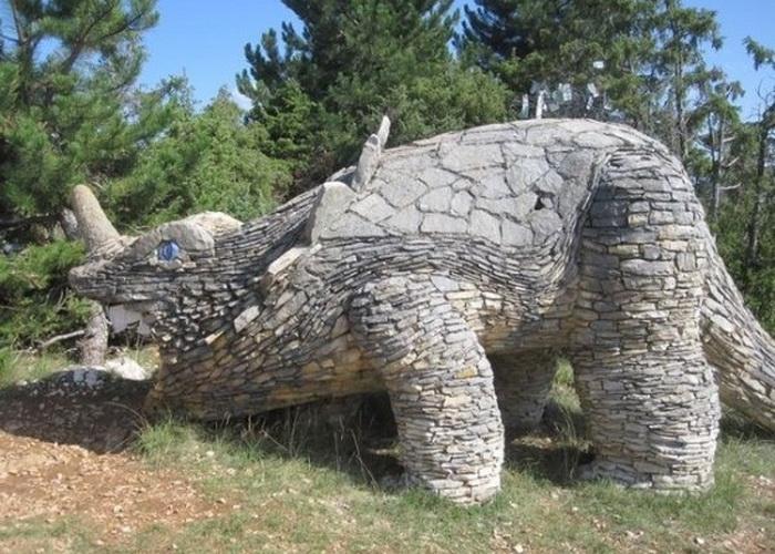 Динозавр из камня
