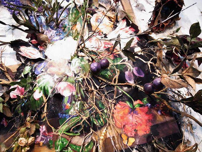 В инсталляции Valerie Hegarty использовала листья, цветы и даже корни растений