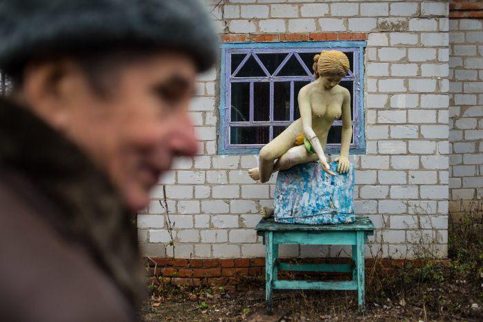Валерий Ермаков выставляет свои скульптуры прямо во дворе дома.
