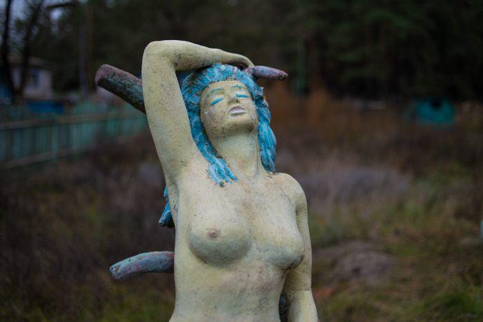 Скульптура русалки.