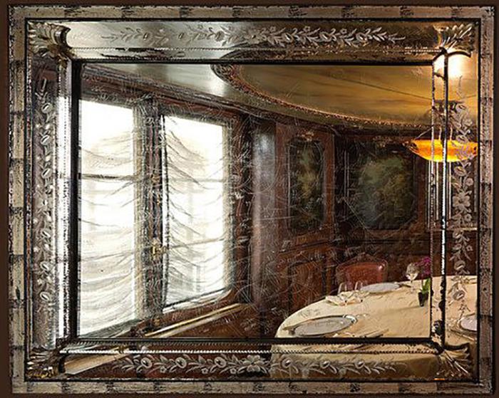 Зеркала, на которых сохранились царапины.