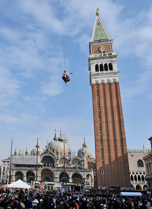 Венецианский карнавал: *Полет Ангела* на площади Сан Марко