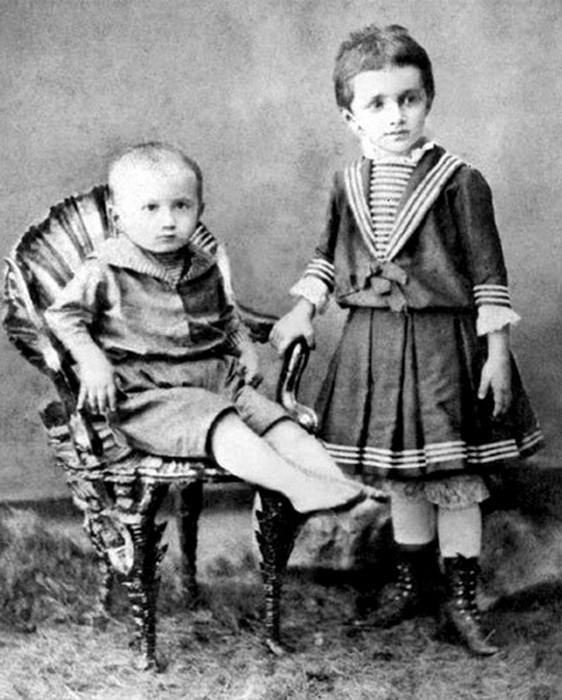 Виктор и его старшая сестра Аня, 1897 год. Фото: tsarselo.ru