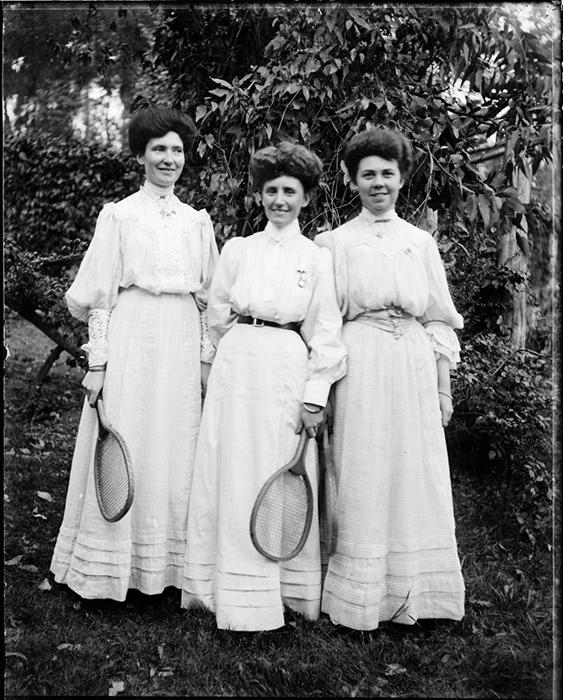 Теннисистки с ракетками.
