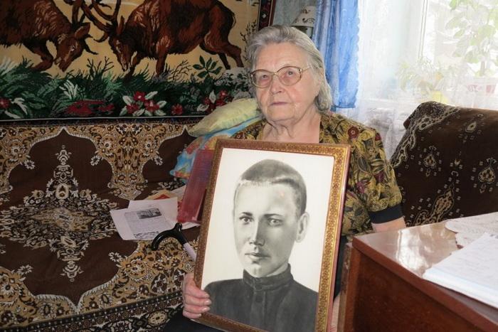 Анна Черевичкина с фотографией погибшего брата. Фото: rg.ru