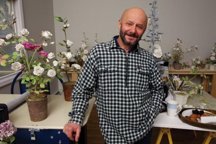 Владимир Каневский на фоне фарфорового розария