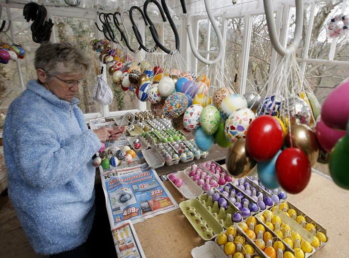 Криста Крафт готовит яйца для украшения дерева