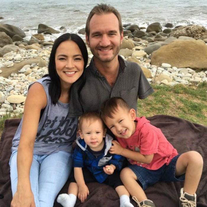 Ник Вучич с женой и двумя сыновьями. Фото: topmosttree.com