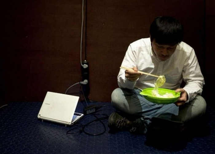 Китаец Ван Джан (Wang Jun) сбрасывает вес, стоя на весах