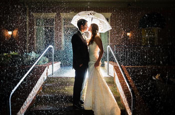Свадебные фотографии под дождем и снегом. Фотография Garrett Hubbard Studios