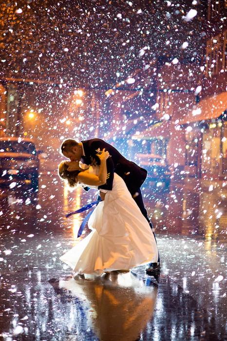 Свадебные фотографии под дождем и снегом. Фотография Still Frames Photography