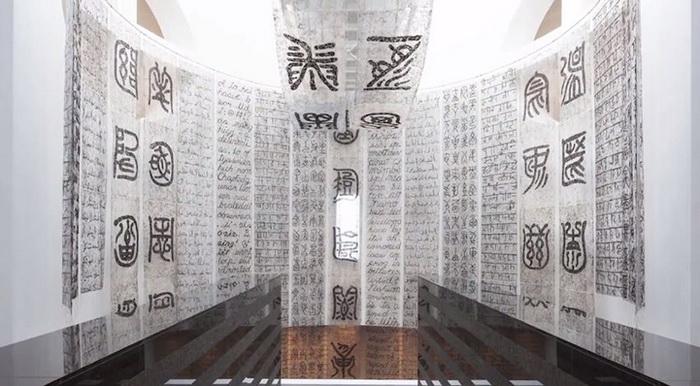 Каллиграфия из локонов: инсталляция от Венда Гу (Wenda Gu)