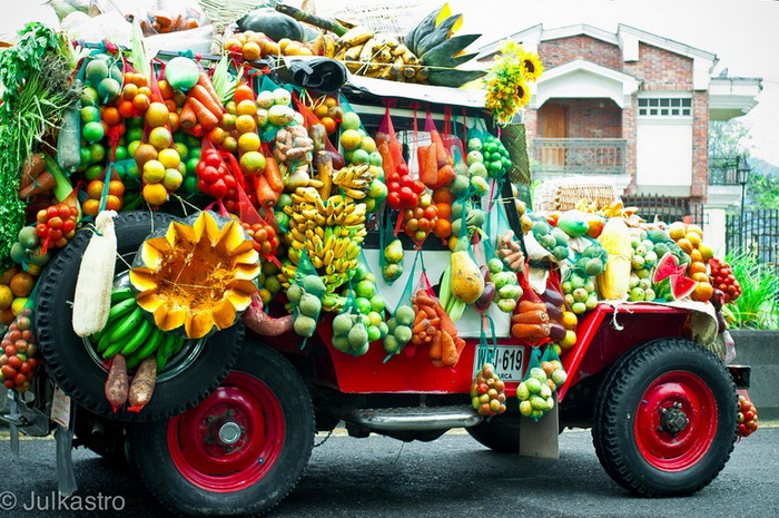 Виллис, увешанный фруктами