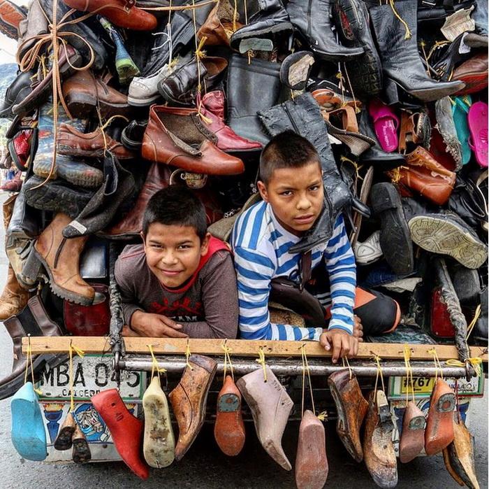 Виллис, груженный парами обуви