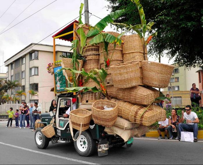 Плетеные корзины в грузовике