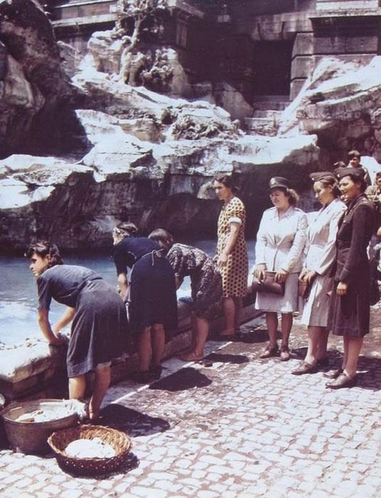 Итальянки стирают белье в фонтане Верди. За ними наблюдают американские медсестры. Июнь, 1944