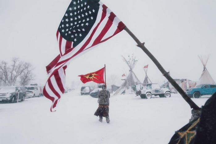 Ветераны с американским флагом и с флагом племени мохоки