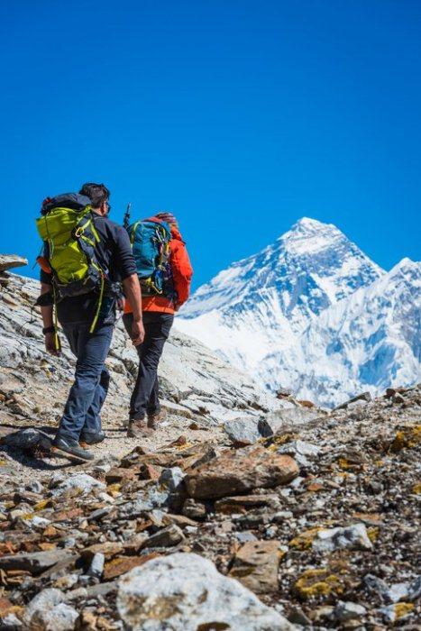 Альпинисты совершают восхождение на Эверест.