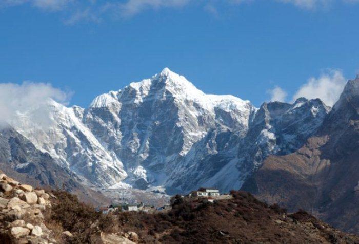 Поселение в Гималаях.
