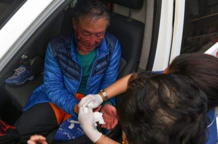 Первая медицинская помощь после успешного восхождения.