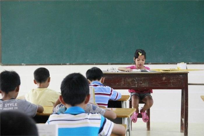 Малышка - одна из лучших учениц в школе.