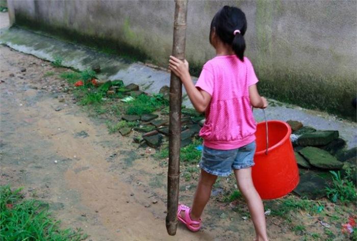 10-летняя девочка прекрасно справляется с делами по дому.