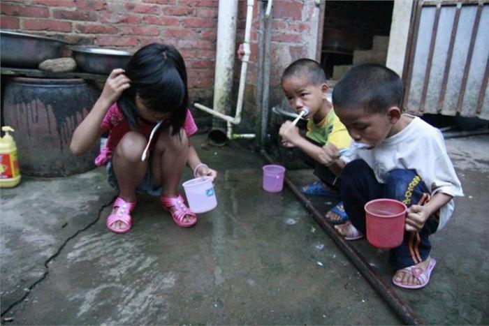Сестра научила братьев чистить зубы.