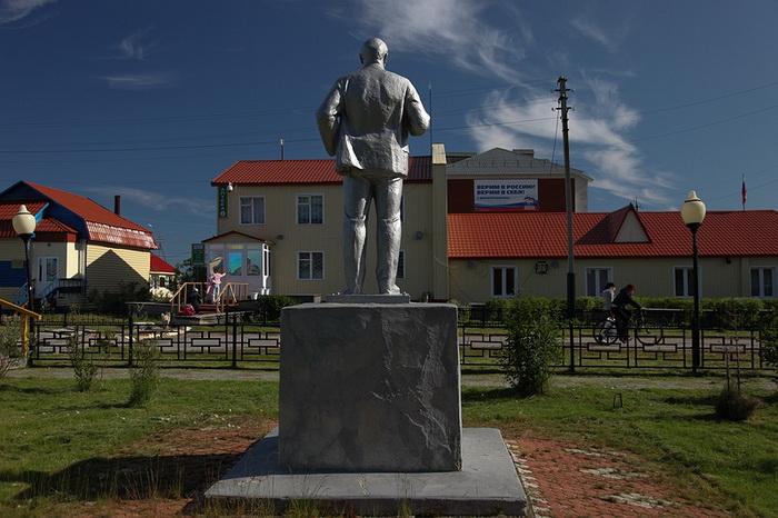 Памятник Ленину в центре Яр-Сале