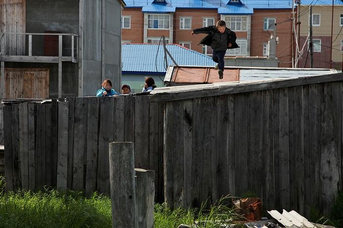 Дети играют на крышах гаражей