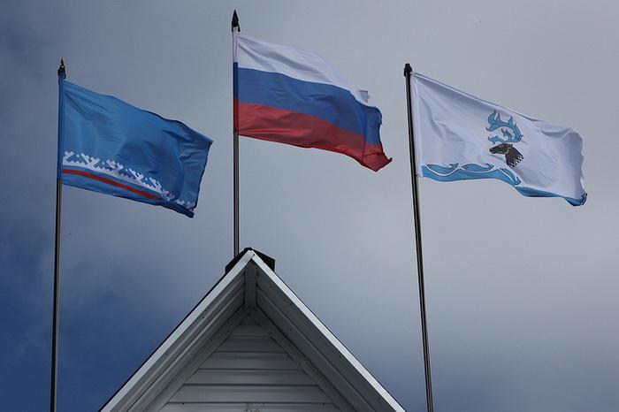Флаги России, Ямало-Ненецкого автономного округа и завода по переработке оленины