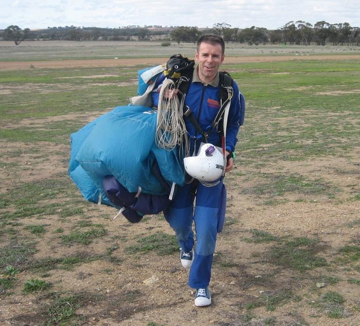 Прыжки с парашютом - страсть Йена Ашера