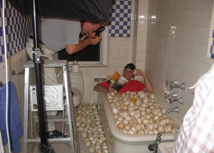 В квартире Зака Хэмпла мячи можно найти в самых неожиданных местах