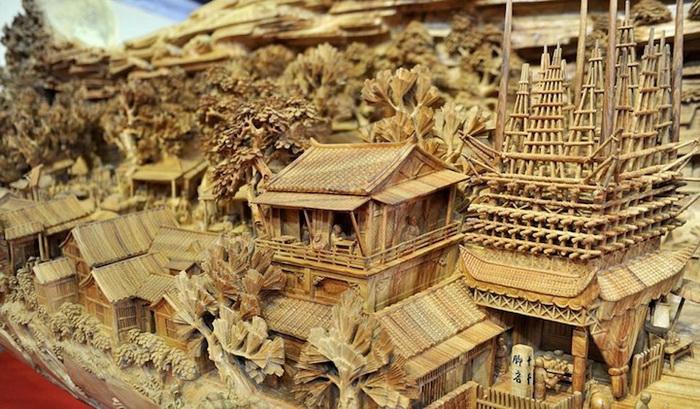 Деревянная скульптура, вдохновленная полотном *По реке в день Цинмина*