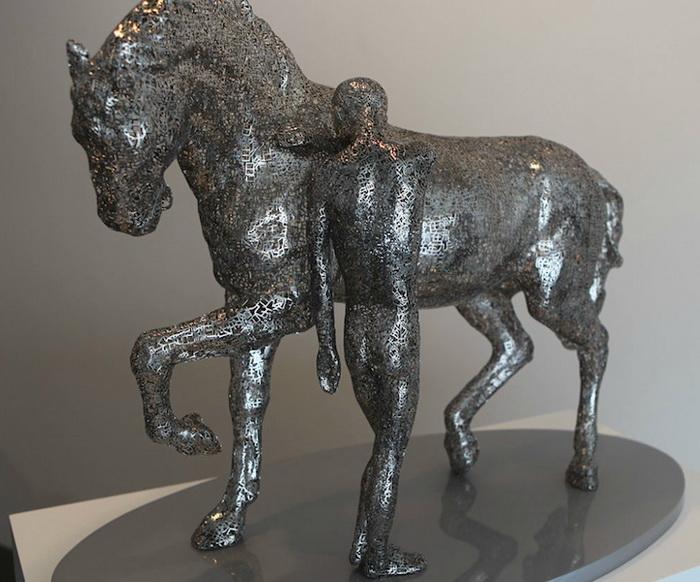 Скульптуры выполнены из стали