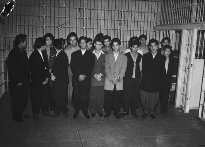 Арестованные парни в зут-костюмах