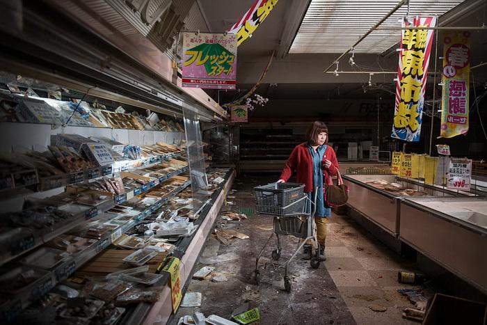 Midori Ito в супермаркете