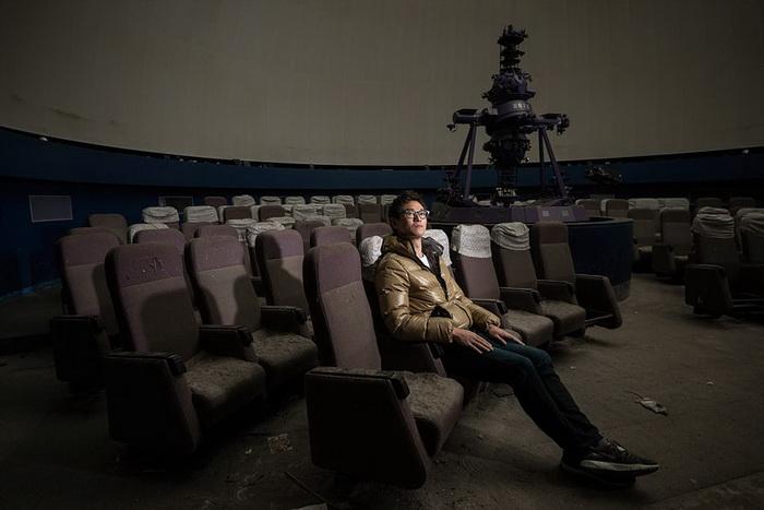 Парень в заброшенном кинотеатре