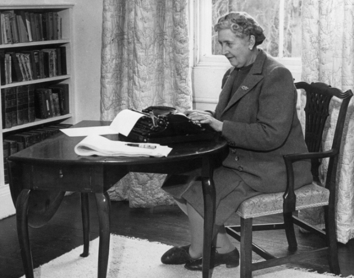 Агата Кристи за пишущей машинкой