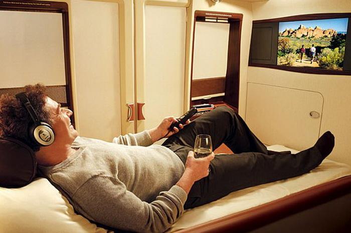 Все каюты на борту самолета оборудованы телевизорами
