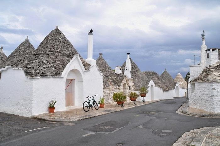 Каменные дома трулли в итальянском городе Альберобелло