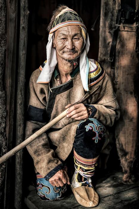 Мужчина-удэгеец, проживает в Приморском крае в Сибири. Удэгейцы зарабатывают на жизнь сбором корней женьшеня и продажей меда.