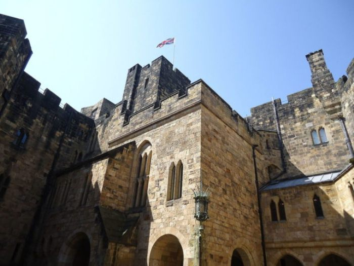 Каменные стены замка.