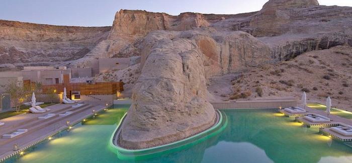 Центральный бассейн в отеле Амангри (пустыня Юта)
