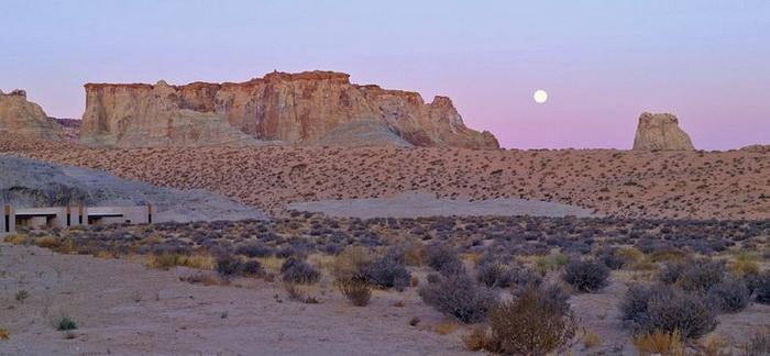 Из отеля Амангри открывается живописный вид на бескрайнюю пустыню
