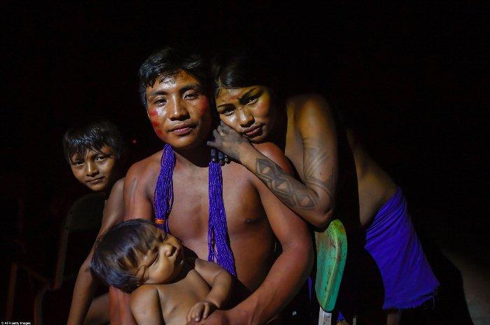 57-летний индеец со своей семьей.