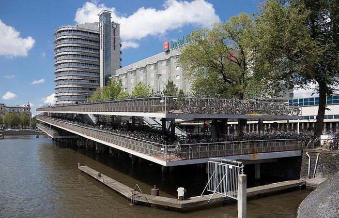 В Амстердаме для велосипедистов оборудовано множество стоянок