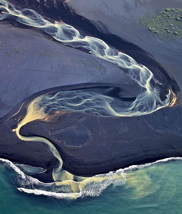 Снимок Андрея Ермолаева, на котором запечатлено устье реки, впадающей в океан